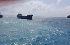 Tìm cách hút 5 tấn dầu DO trên tàu hàng mắc cạn tại Phú Quý