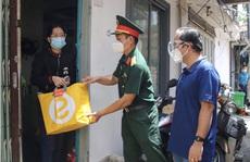 Tặng quà cho gia đình chính sách và đồng bào người Hoa gặp khó khăn do dịch Covid-19