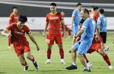 Thầy Park cùng các tuyển thủ 'mổ băng' trước trận gặp đối thủ từng tham gia World Cup