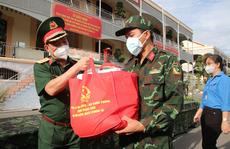 100.000 phần quà và 4.000 tấn gạo của Bộ Quốc phòng đến tay người dân TP HCM