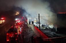 Cháy lớn tại xưởng giấy rộng hơn 1.000 m2 ven Quốc lộ 5