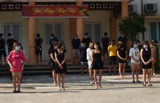 Hàng chục nam nữ 'mở tiệc thác loạn' trong quán karaoke