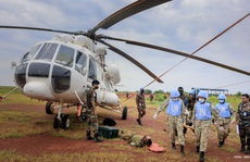 CLIP: Cận cảnh bệnh viện 'mũ nồi xanh' cấp cứu, vận chuyển bệnh nhân lên trực thăng