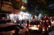 CLIP: Giao thông ùn ứ tại điểm bán bánh trung thu trên phố Thuỵ Khuê