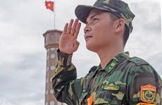 Cuộc thi ảnh 'Thiêng liêng cờ Tổ quốc': Dưới ngọn Quốc kỳ