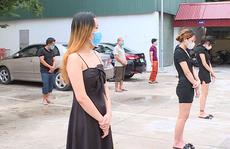 Nhóm cô gái váy ngắn và 2 dây đi hát karaoke cùng các nam thanh niên trong dịch Covid-19