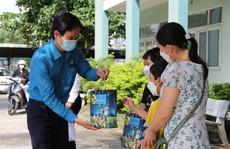 Đà Nẵng: Tặng quà Trung thu cho con công nhân