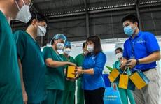 Clip: Tặng bánh trung thu các y bác sĩ tuyến đầu ở các tỉnh phía Nam