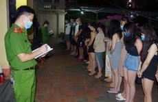 Hàng chục nam, nữ thanh niên 'mở tiệc thác loạn' trong nhà nghỉ