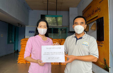 MC Quyền Linh trao tặng nghệ sĩ nghèo, công nhân sân khấu 10 tấn gạo