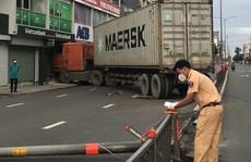 Xe container lao thẳng vào chi nhánh ngân hàng ở Phú Nhuận, TP HCM