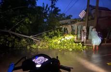 Quảng Nam đang có gió mạnh, lốc xoáy làm tốc mái nhiều nhà dân