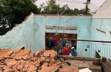 Bão số 6 gây mưa lớn ở miền Trung, nhiều nhà dân bị tốc mái do lốc xoáy