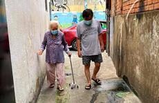 Cụ bà 92 tuổi mắc Covid-19 được xuất viện, tự đi bộ vào nhà cùng con cháu