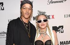 """Madonna gợi cảm sánh đôi """"phi công"""" kém 36 tuổi lên thảm đỏ"""