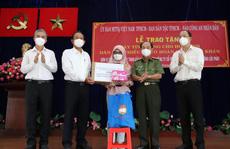 Nguyên Phó Thủ tướng Thường trực Trương Hòa Bình tặng máy tính cho học sinh khó khăn