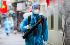 CLIP: Phun khử khuẩn 'ổ dịch' có gần 600 ca Covid-19, chờ đón hơn 1.100 cư dân trở về