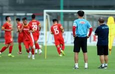 Thầy Park 'thị sát' các tuyển thủ U22 trước ngày đi tập huấn tại UAE