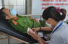 Cán bộ, chiến sĩ công an hiến máu giúp bệnh nhi nghèo