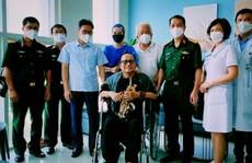 Nghệ sĩ Trần Mạnh Tuấn thổi saxophone trong bệnh viện tặng Phó Thủ tướng Vũ Đức Đam