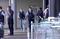 Choáng với tốc độ hạ gục kẻ tấn công bằng dao của cảnh sát New Zealand
