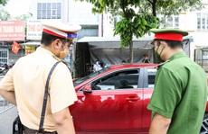 """Bất ngờ lý do người đàn ông 'cố thủ' 30 phút trong xe ôtô tại chốt kiểm soát """"vùng đỏ"""""""