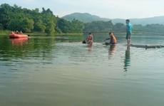 Lật nhà bè trên hồ thủy lợi, 2 người chết đuối