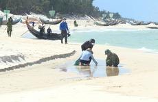 Phát hiện thêm dầu 'lạ' dày đặc dọc bờ biển Quảng Bình