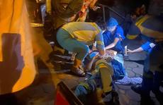 Nam công nhân môi trường bất ngờ bị xe máy tông từ phía sau, văng ra đường