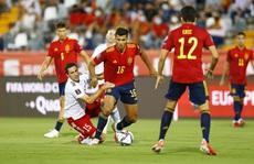 VAR gieo thảm họa, Tây Ban Nha vùi dập Georgia chiếm ngôi đầu