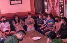 Nhóm nam, nữ thanh niên 'bay lắc' trong quán karaoke