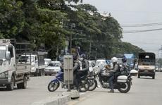 """Người biểu tình """"đạp đổ"""" loạt tháp viễn thông quân đội Myanmar"""