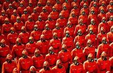 Lễ duyệt binh kỳ lạ của Triều Tiên: Trang phục khử nhiễm 'chiếm sóng'