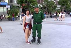 Thanh niên xung phong sử dụng giày patin tuần tra phố đi bộ
