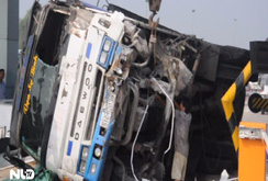 Xe tải lật, đè nát quầy vé trạm thu phí cao tốc TP HCM – Trung Lương