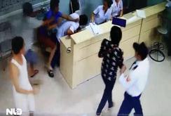 Clip: Bệnh nhân nằm trên cáng cấp cứu, vùng dậy hành hung bác sĩ