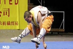 """Clip: Võ sư Thiếu Lâm chạy trên mặt nước, """"đứng"""" trên 2 ngón tay trỏ"""