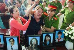6 bức di ảnh, hoa trắng và nước mắt thân nhân những người bị hại…