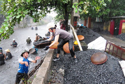 Lũ lịch sử ở Cẩm Phả: Bất chấp nguy hiểm, người dân lặn vớt than đá