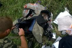 Công bố video gây sốc: Lính ly khai Ukraine lục đồ hành khách MH17 tử nạn