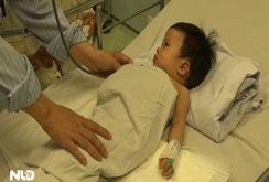 Bị mẹ bỏ quên, bé sơ sinh ngã úp mặt vào xô nước