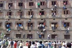 """Ấn Độ: Phụ huynh leo tường cao ném """"phao"""" vào phòng thi cho con"""