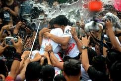 """Lễ hội """"ôm và hôn"""" ở Bali"""
