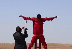"""IS """"tùng xẻo"""" tù nhân trên giá chữ thập"""