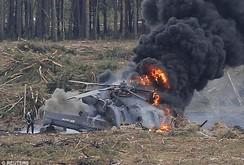 Clip: Trực thăng rơi bốc cháy dữ dội, phi công thoát nạn hy hữu