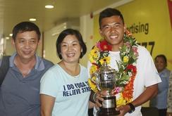 Trở về từ Wimbledon, Lý Hoàng Nam được người hâm mộ chào đón