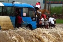 Xe khách thoát chết giữa dòng nước lũ