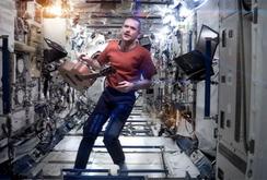 Phát hành album đầu tiên ghi âm trên Trạm không gian vũ trụ ISS