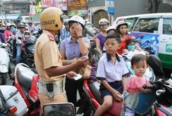 Ghi nhanh: Ngày đầu tiên xử phạt trẻ em không đội mũ bảo hiểm ở TP HCM