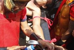 Rùng rợn nghi thức đóng đinh lên người ở Philippines